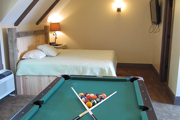 Amish Country Cottage - Bed and Pool Table in Downtown Berlin, Ohio