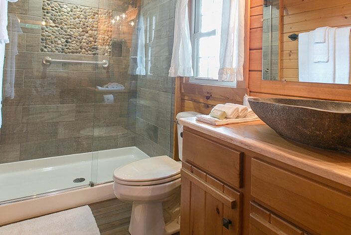 The Evergreen Log Cabin bathroom