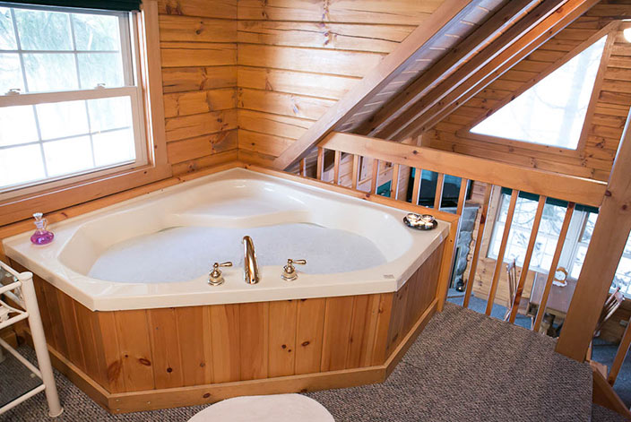 The Evergreen Log Cabin in Amish Country - Jacuzzi Tub