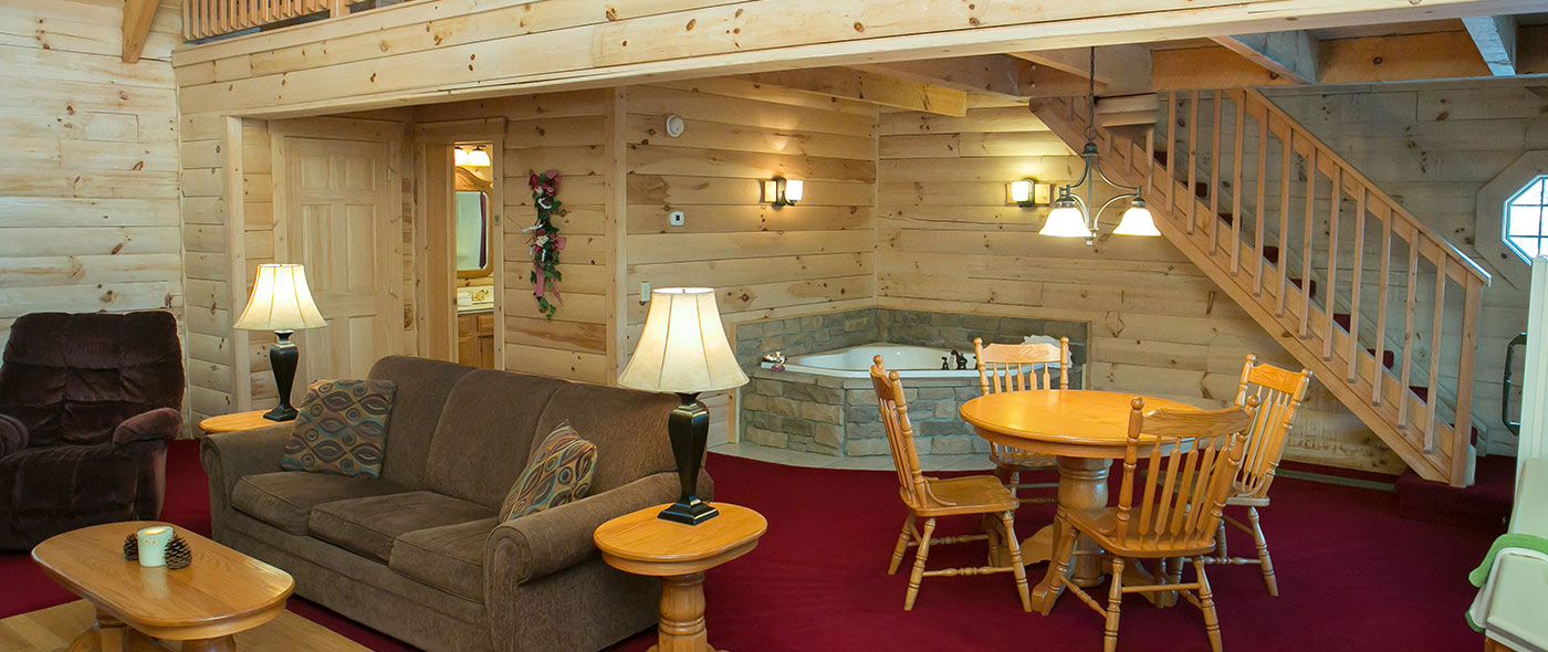 Perfect Downtown Berlin, Ohio Cabin Rentals   Living Room U0026 Jacuzzi Tub